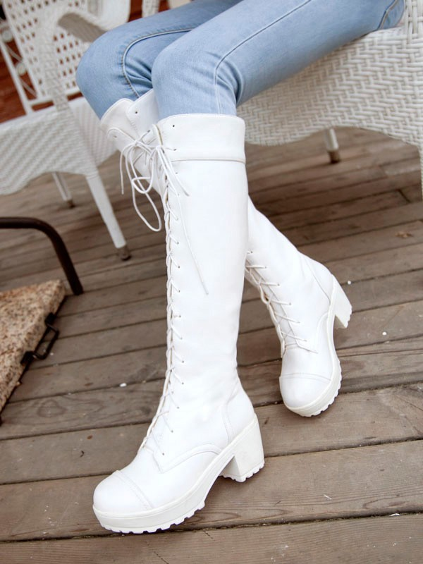 Knee high white boots wearable fashion trends 2021